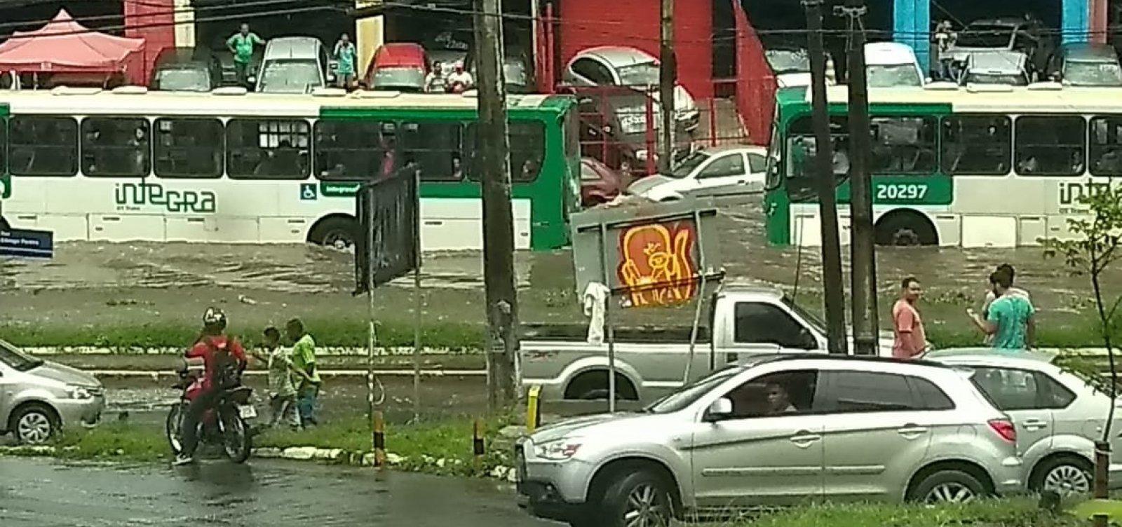 Chuva causa alagamentos e transtornos em Salvador; veja fotos