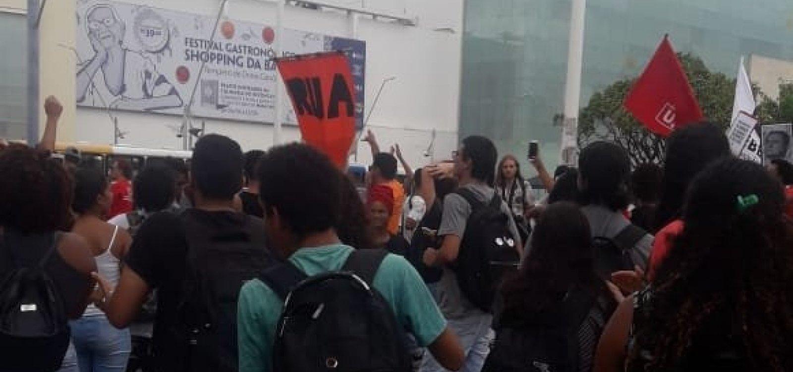Estudantes e professores estaduais fazem manifestação em Salvador