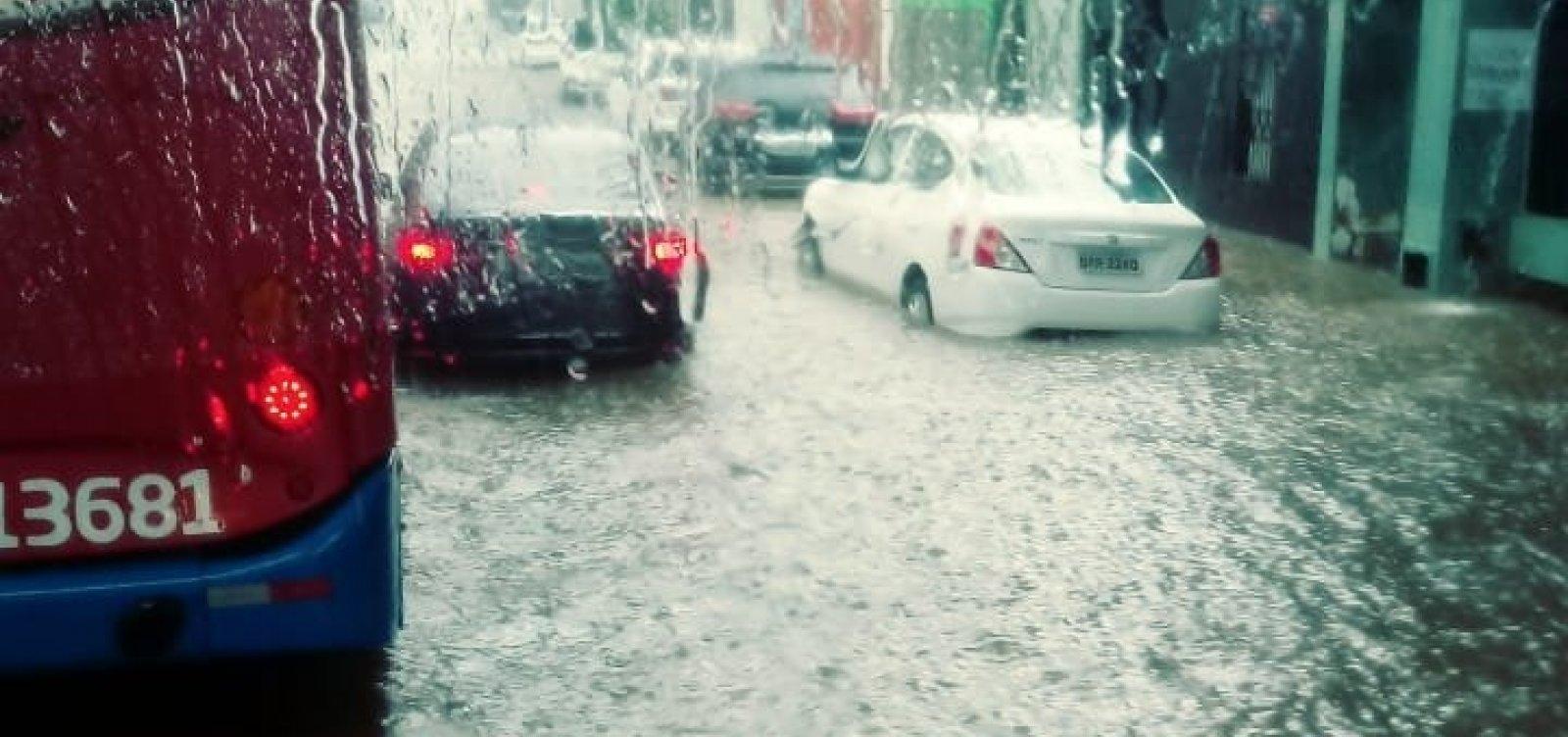 Chuva deixa Avenida Centenário alagada; confira vídeo