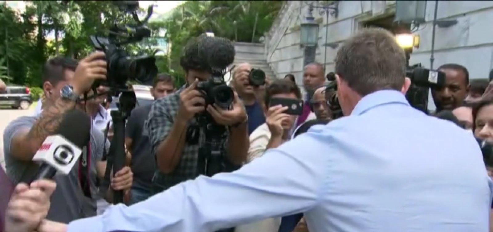 Crivella se recusa a falar com a Globo e afasta repórter em coletiva