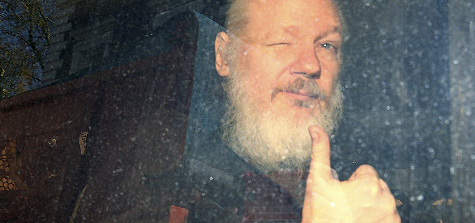 Parlamentares britânicos pedem extradição de Julian Assange para a Suécia