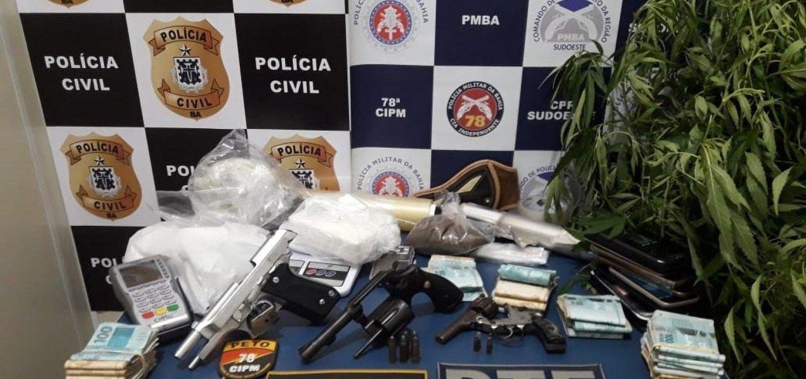 Mãe e filho são presos com R$ 34 mil, armas e drogas em Vitória da Conquista