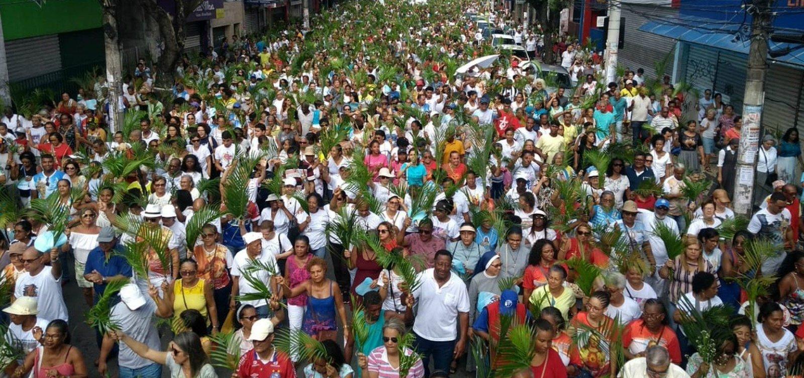 Fiéis participam de procissão do Domingo de Ramos no Campo Grande