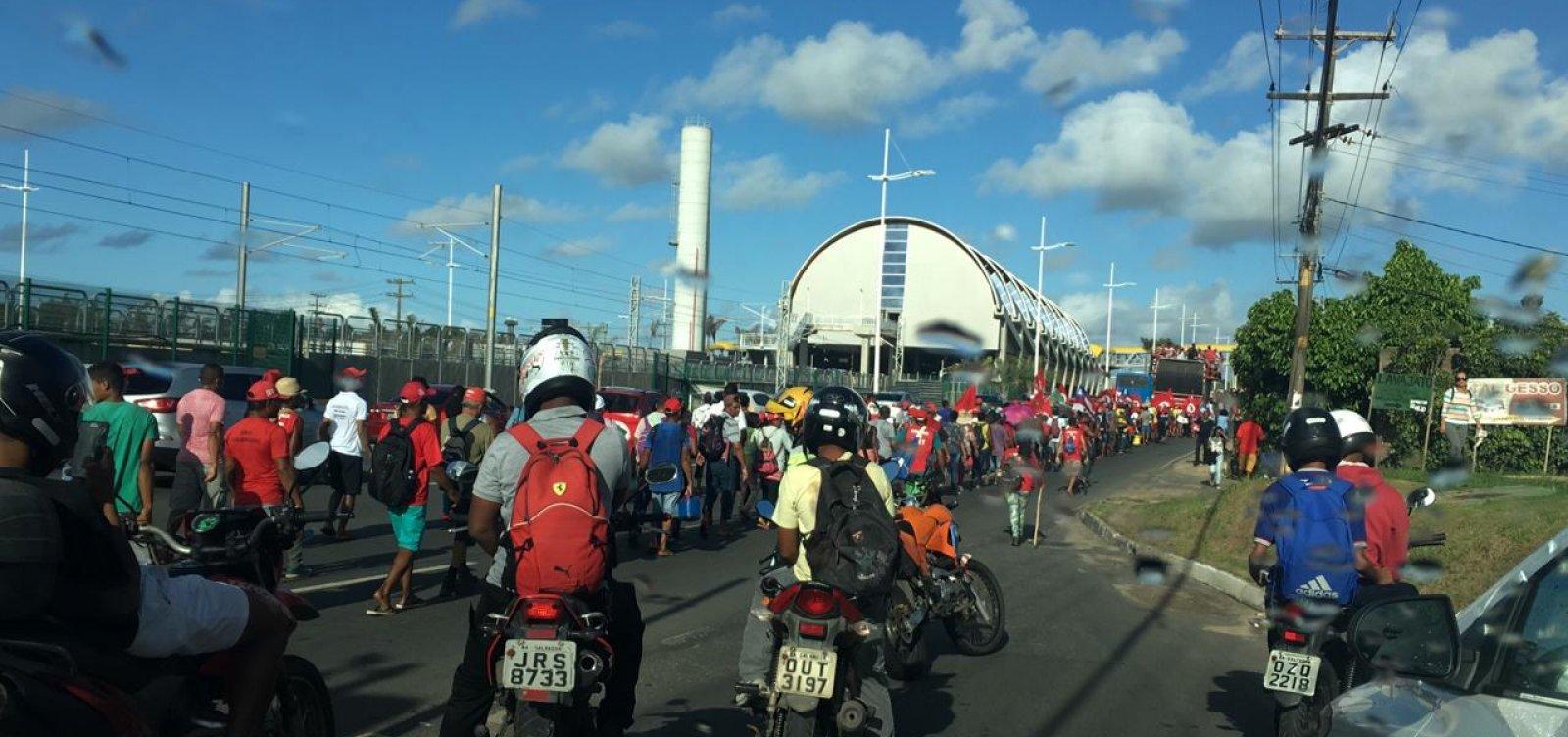Protesto de integrantes do MST complica trânsito em Salvador; veja vídeo