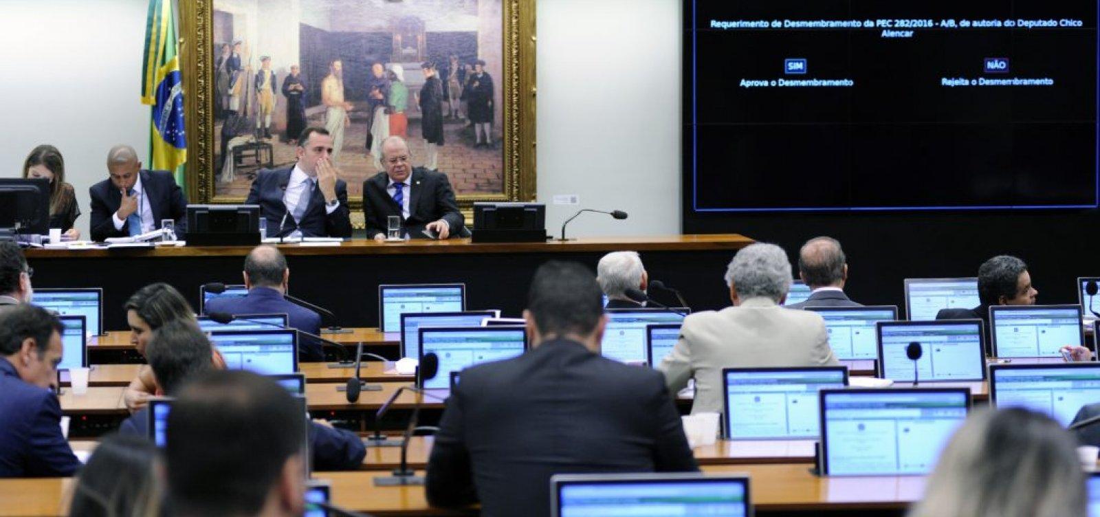 Deputados do PSL madrugam na CCJ para tentar blindar reforma