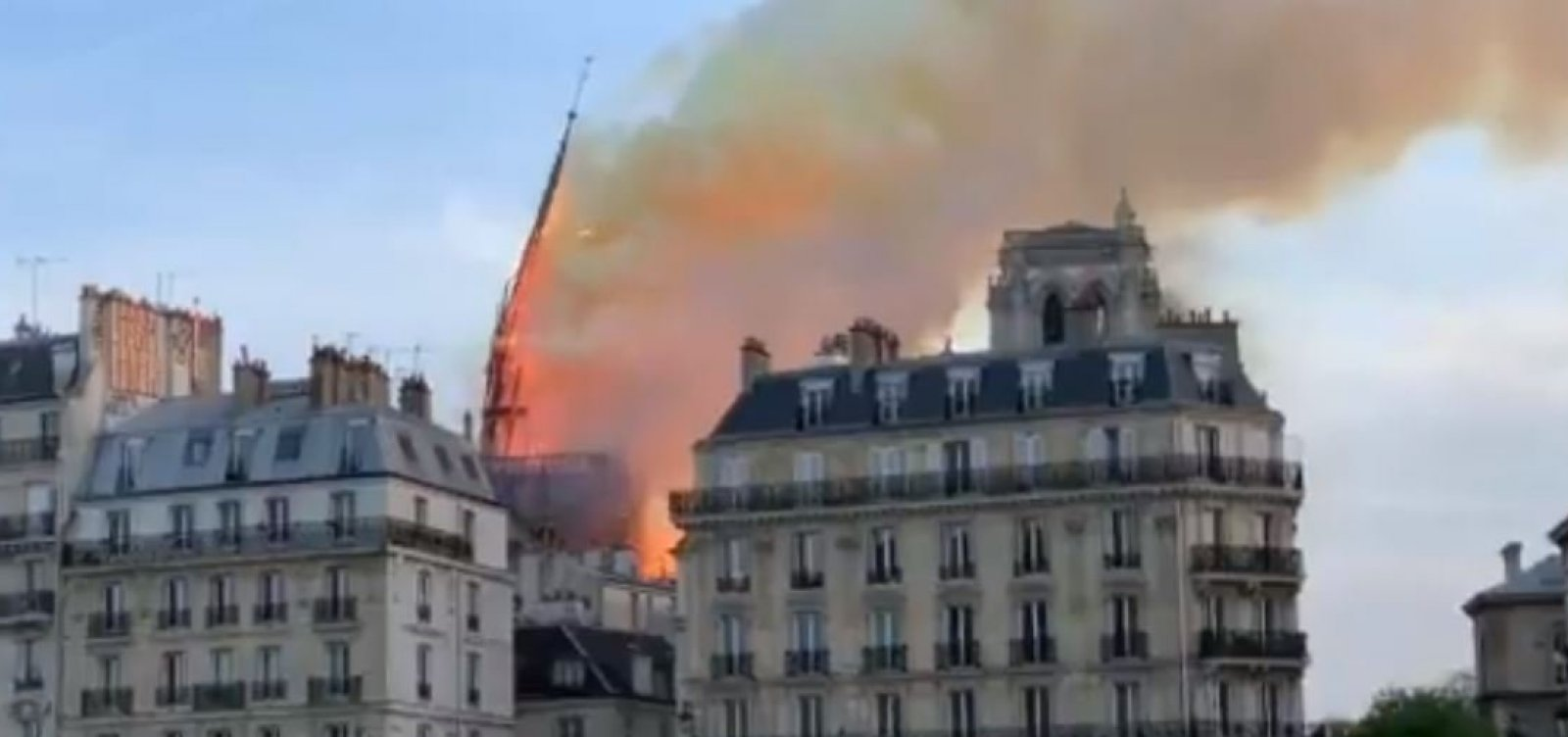 Torre da Catedral de Notre-Dame desaba durante incêndio; confira