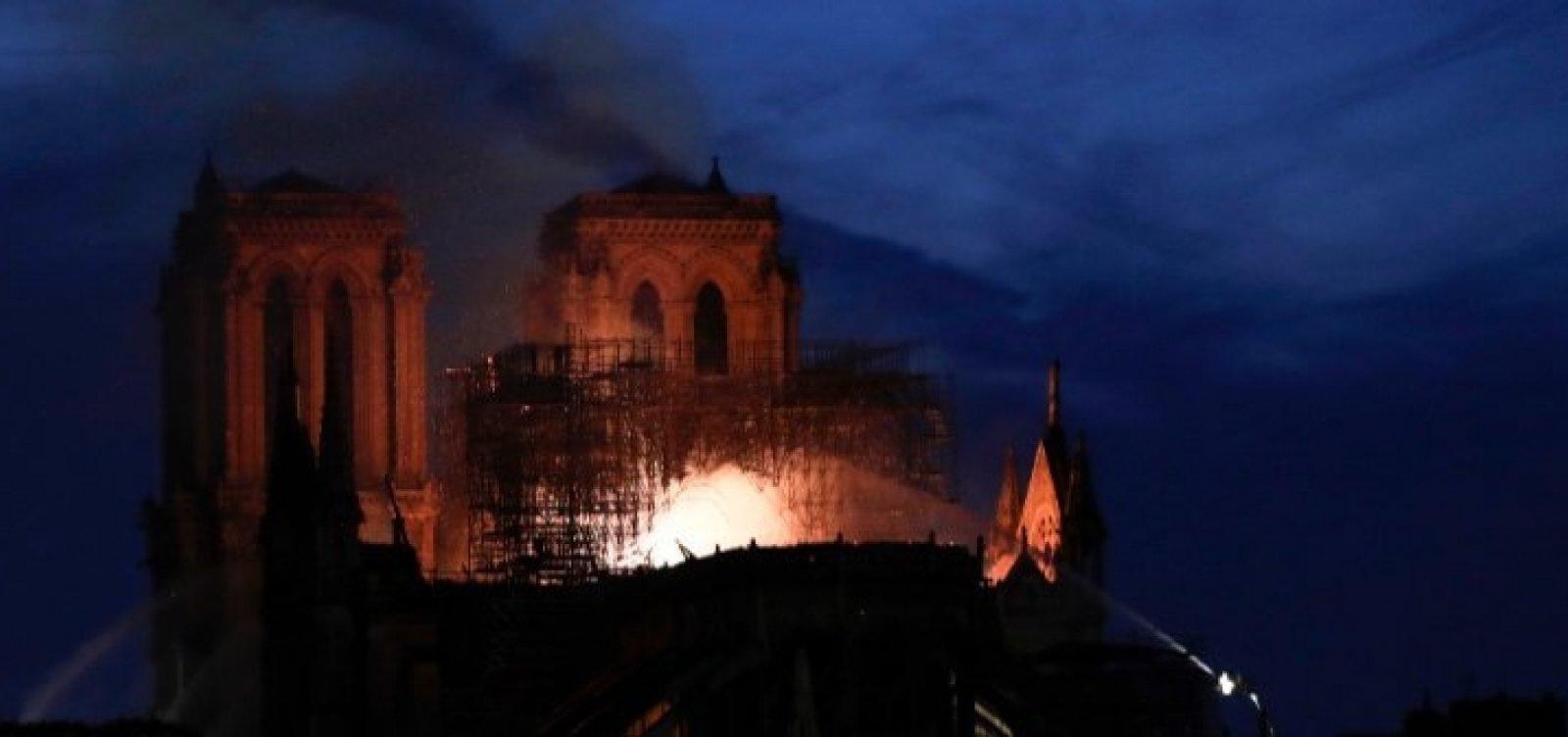 Bombeiros franceses não sabem se podem controlar incêndio em Notre-Dame