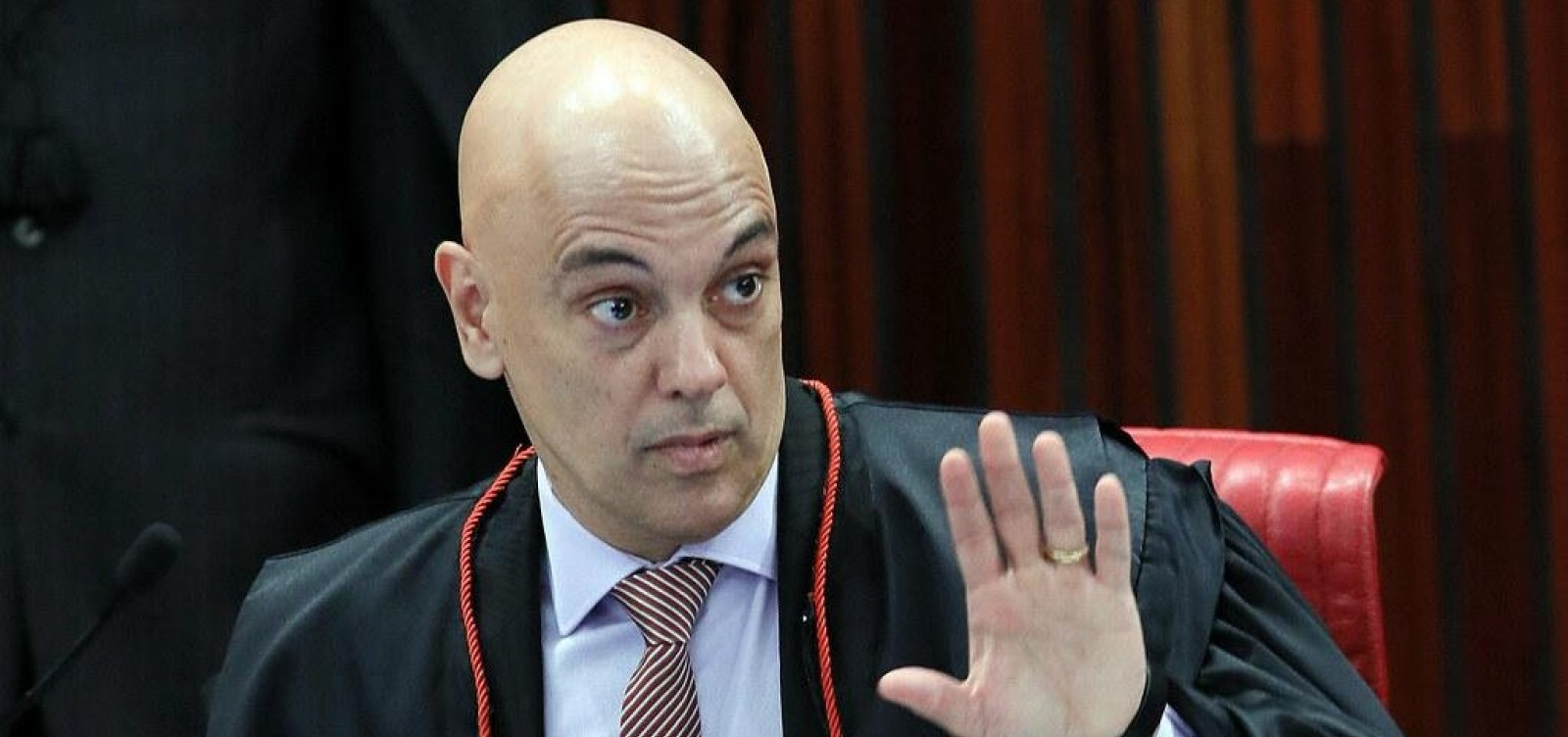 Alexandre de Moraes bloqueia redes sociais de investigados por fake news