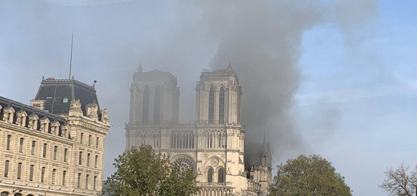 Bilionários oferecem doações para reconstruir Notre-Dame