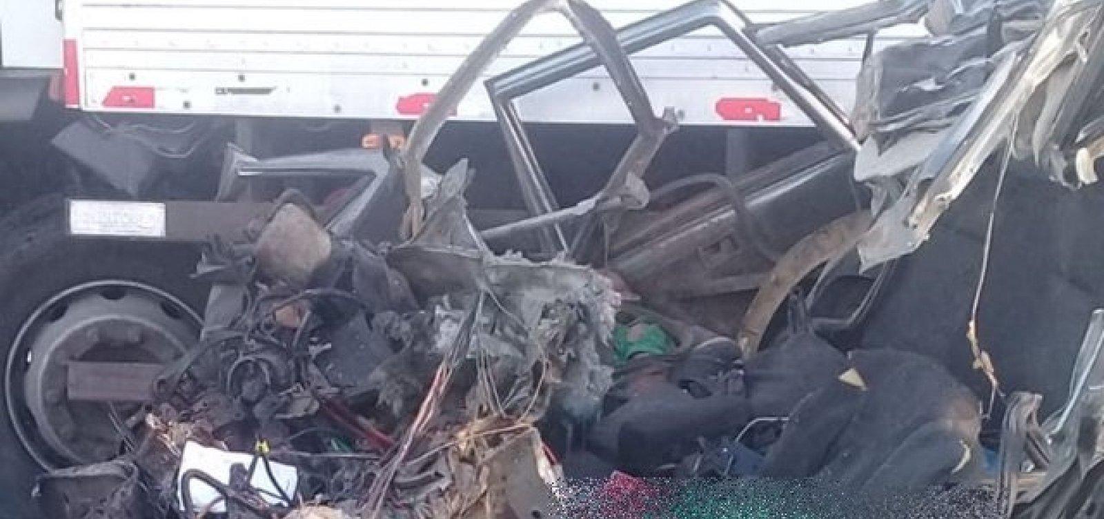 Dois homens morrem em batida entre carro e caminhão-baú na BR-407