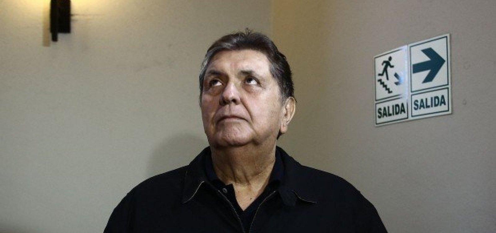 Ex-presidente do Peru morre após atirar em si mesmo