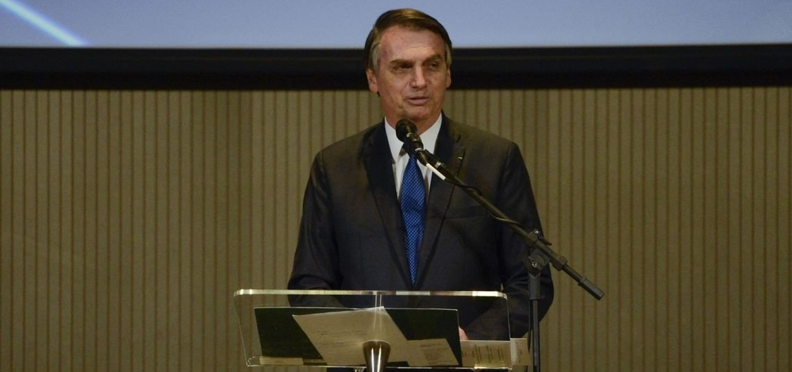 'Exército respira e transpira democracia e liberdade', diz Bolsonaro