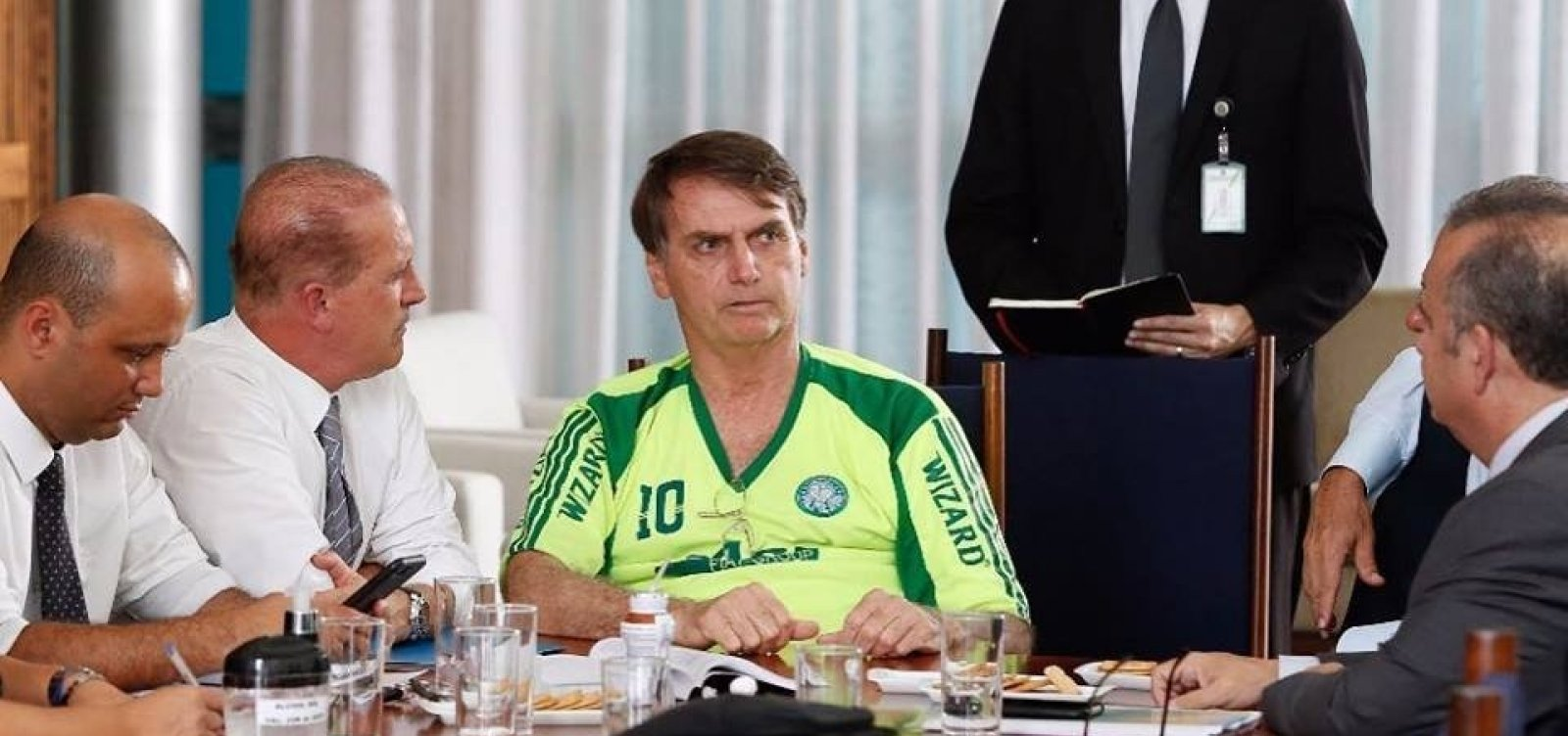 Governo Bolsonaro estuda proibir uso de jeans por servidores e visitantes