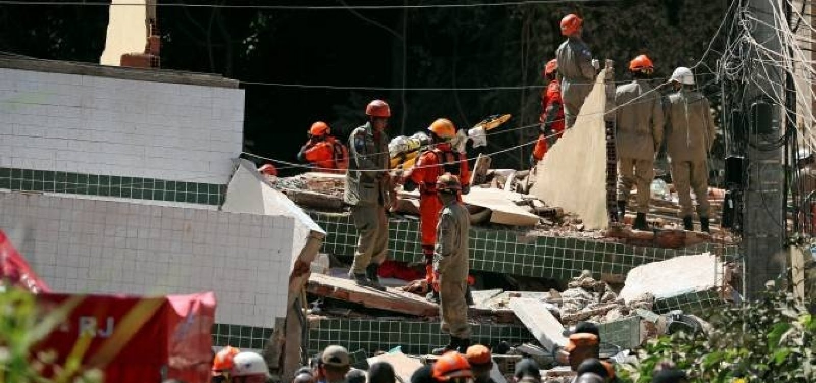 Número de mortos no desabamento no Rio sobre para 18