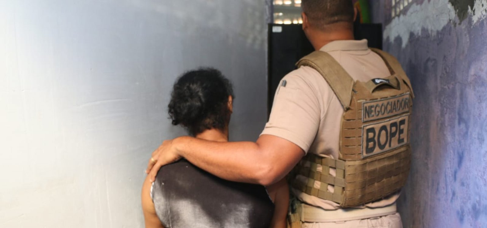 Suspeito em fuga invade casa e faz mulher refém por duas horas