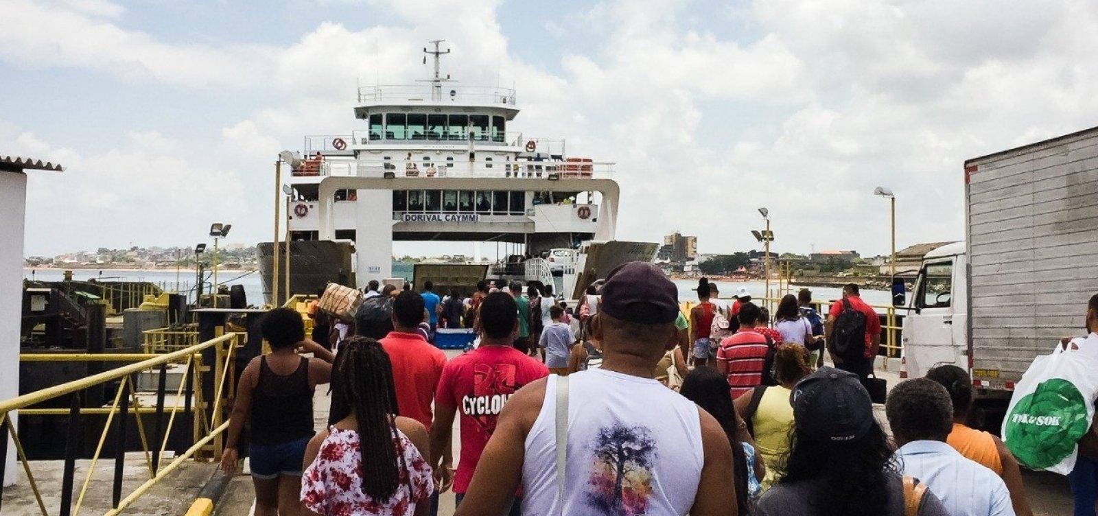 Fila para embarque no ferry boat tem espera de 2h30