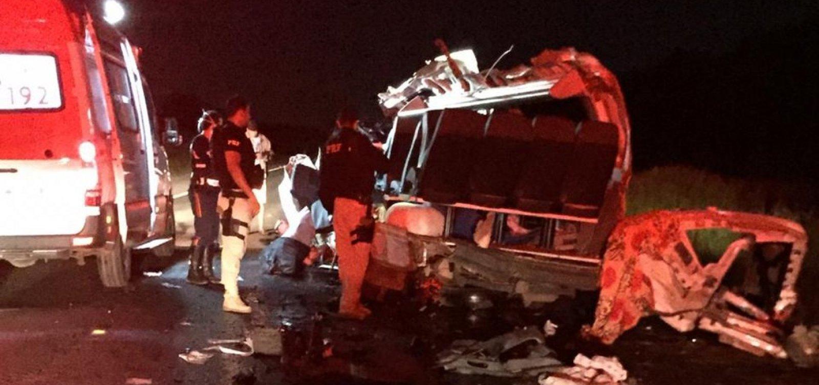 Batida na BR-242 deixa quatro mortos e quatro feridos