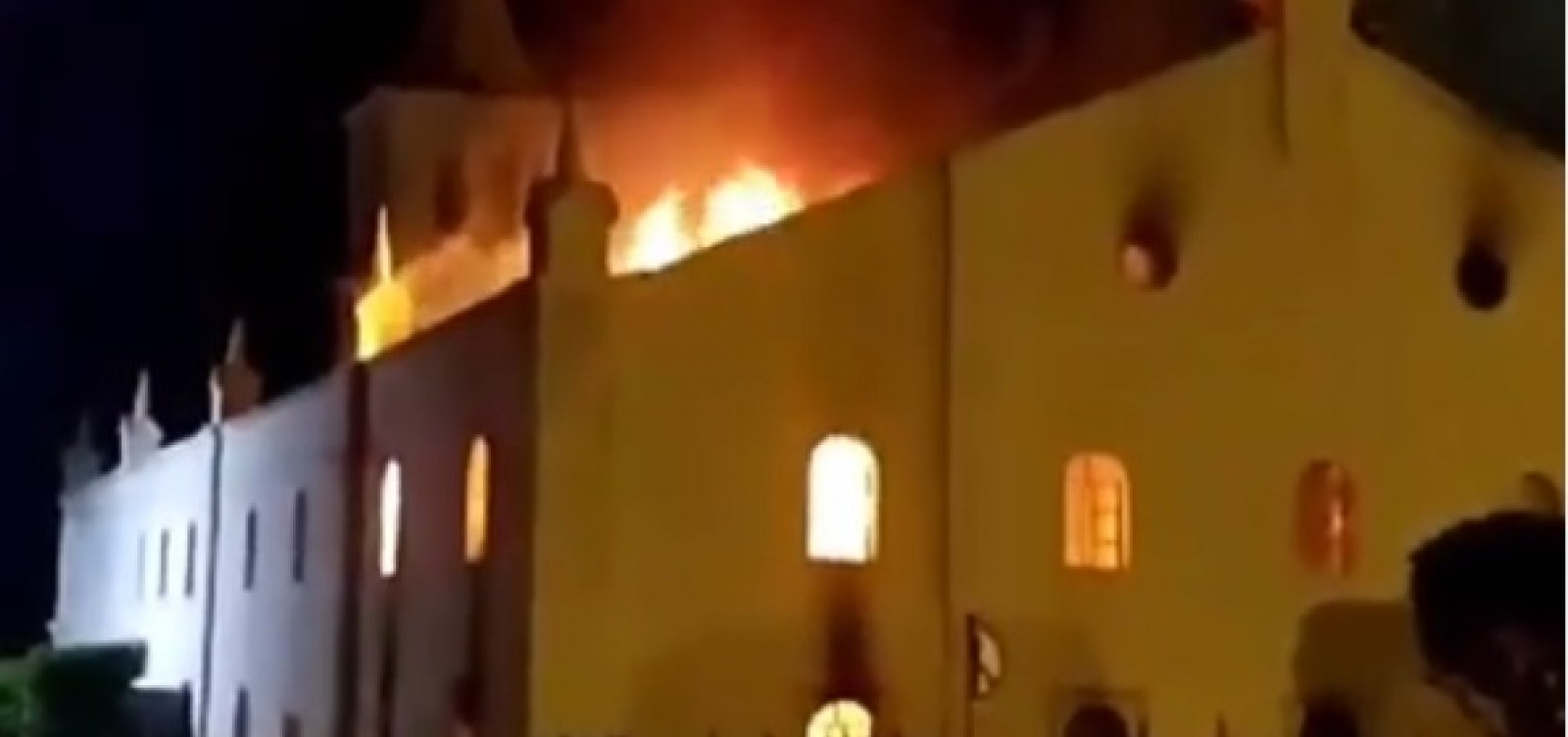Incêndio destrói parte de igreja da cidade de Monte Santo; vídeo