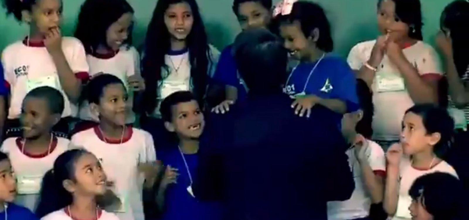 Criança se recusa a cumprimentar Bolsonaro e imagem viraliza
