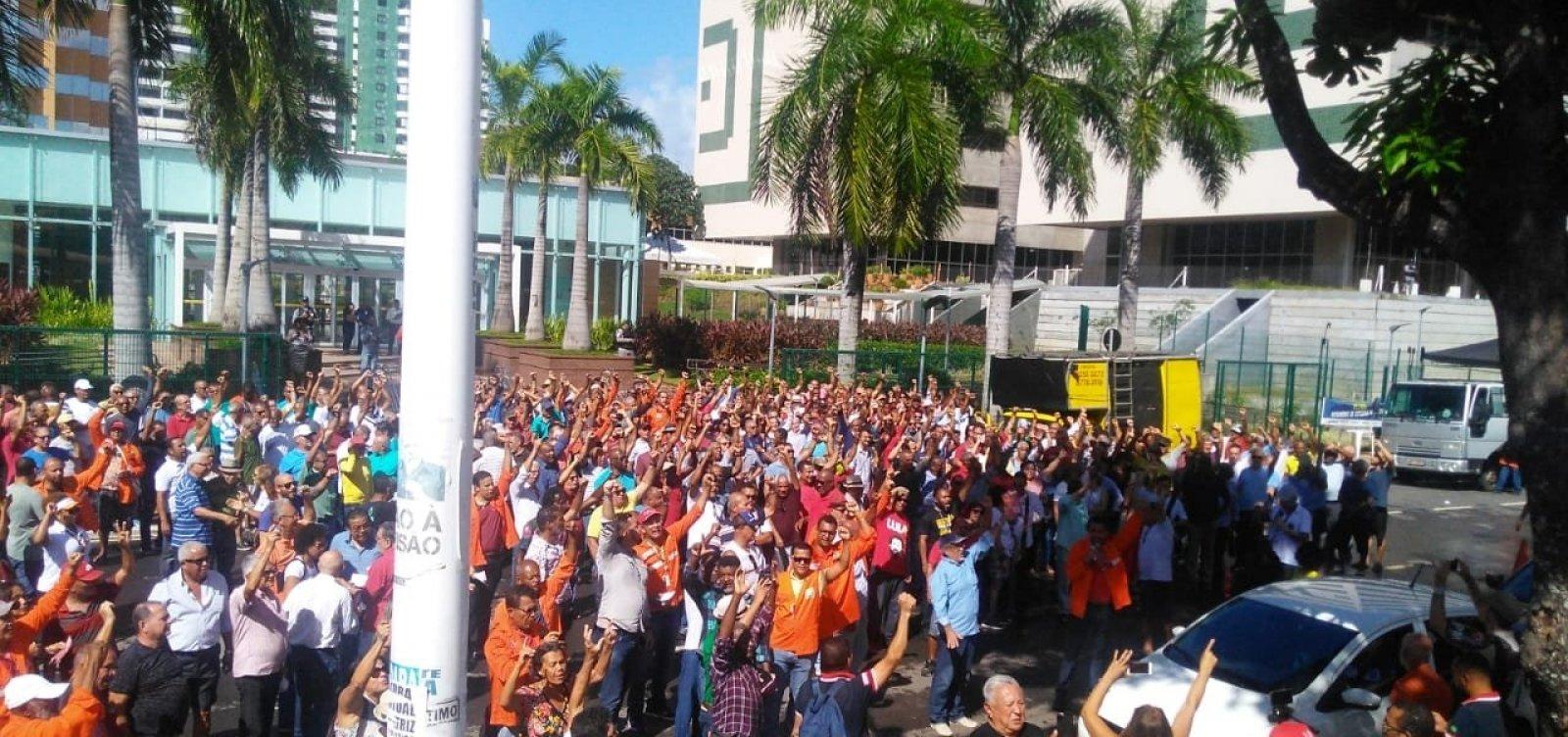 Trabalhadores fazem protesto em frente à sede da Petrobras em Salvador