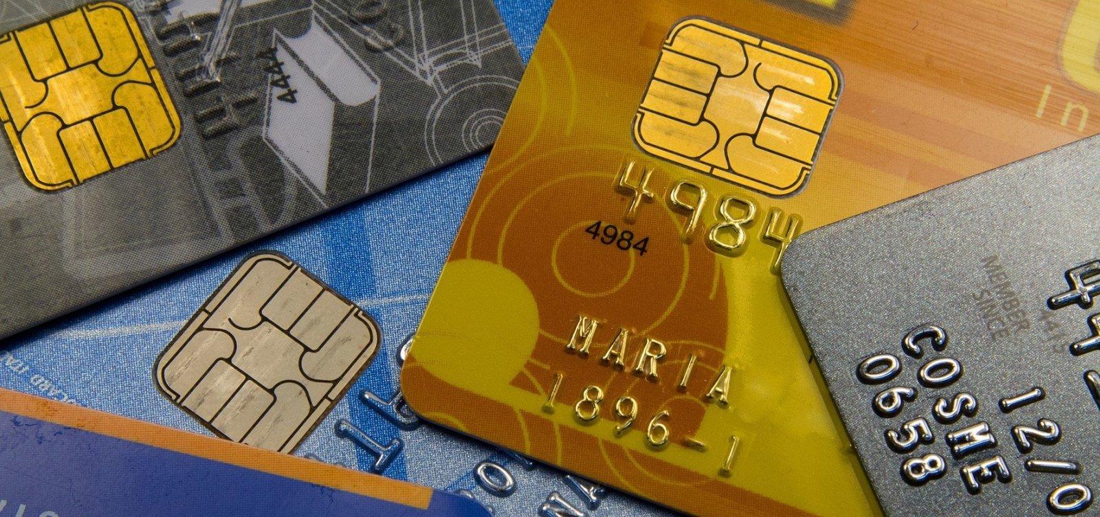 De cada 4 usuários de cartão, 1 entrou no crédito rotativo, diz pesquisa