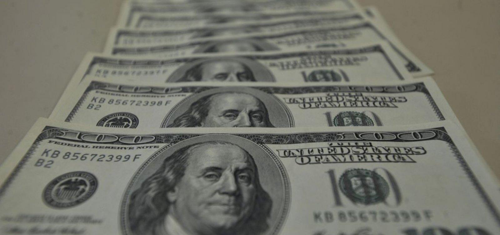 Dólar fecha em alta próxima a R$ 4 e tem maior valor em quase sete meses