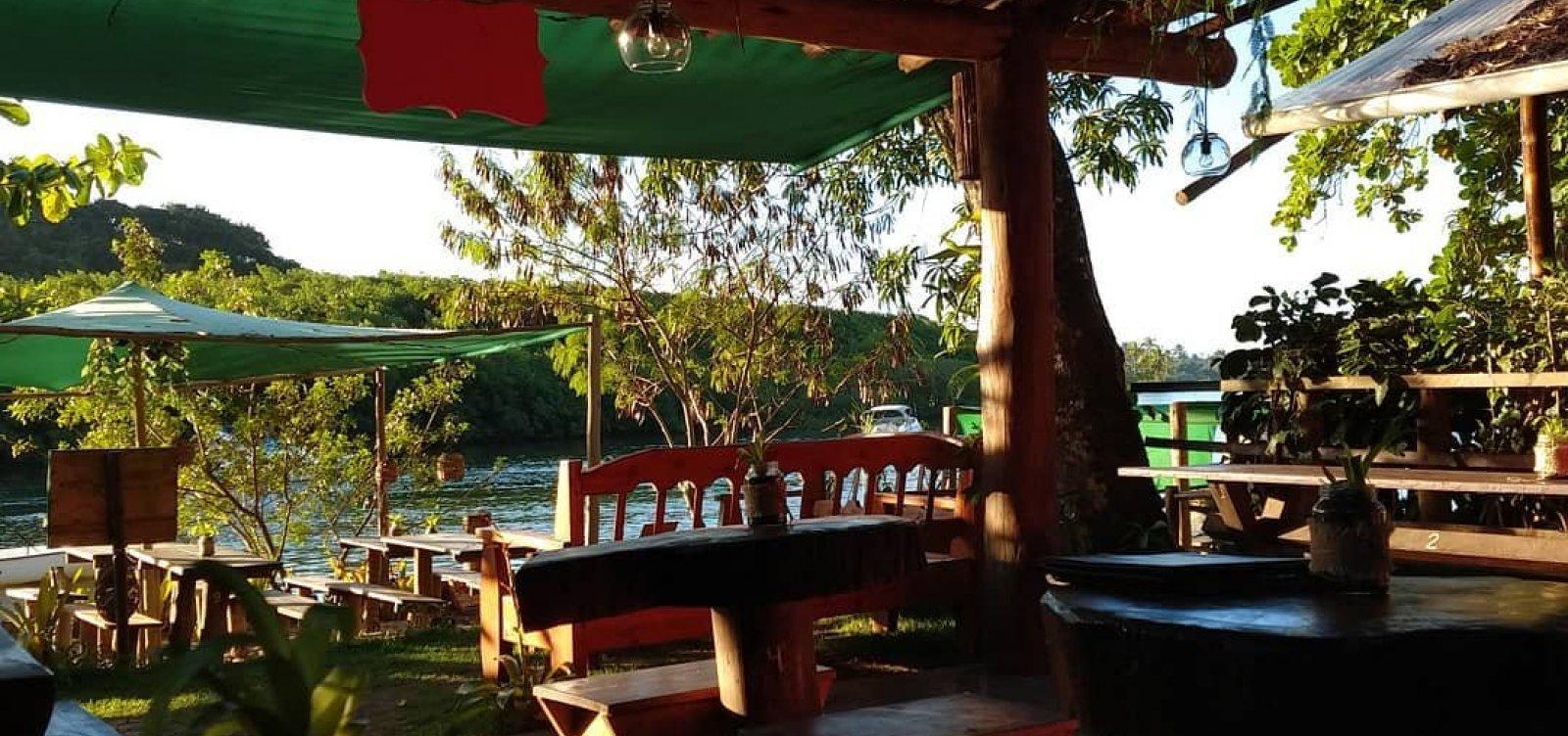 Restaurante Manga Rosa: para almoço, drinques e petiscos com vista para o rio, em Caraíva