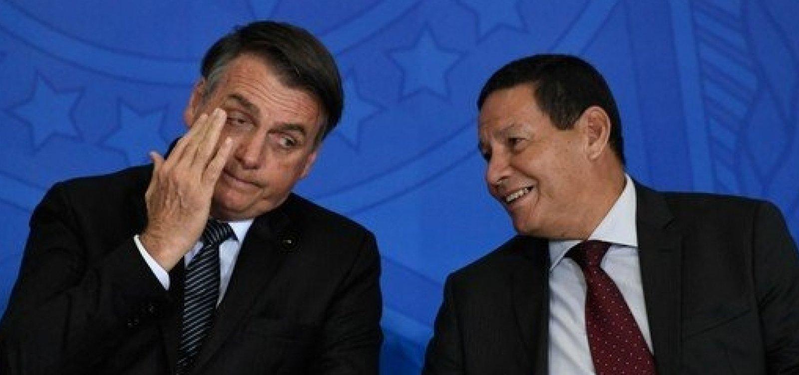 'Brigamos sobre quem lava a louça', diz Bolsonaro sobre crise entre Mourão e Carlos