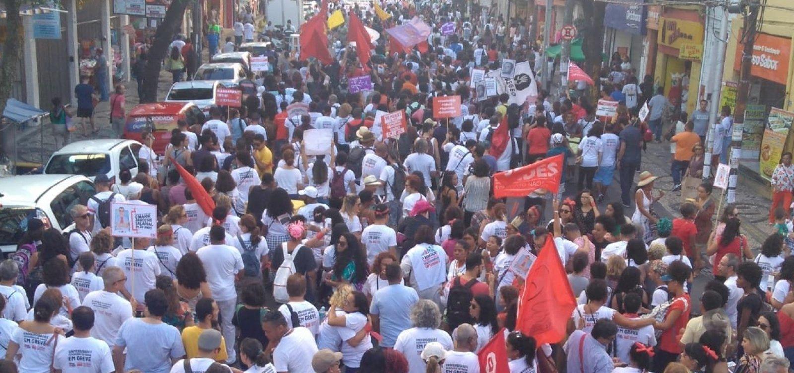 Professores e estudantes fazem caminhada durante protesto em Salvador