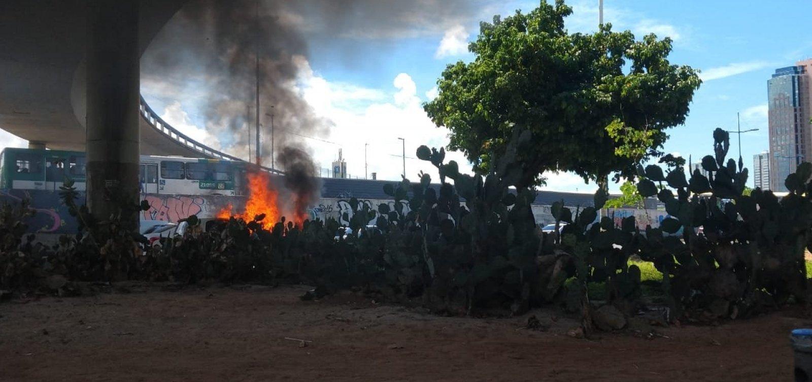 Carro pega fogo em frente ao Shopping da Bahia