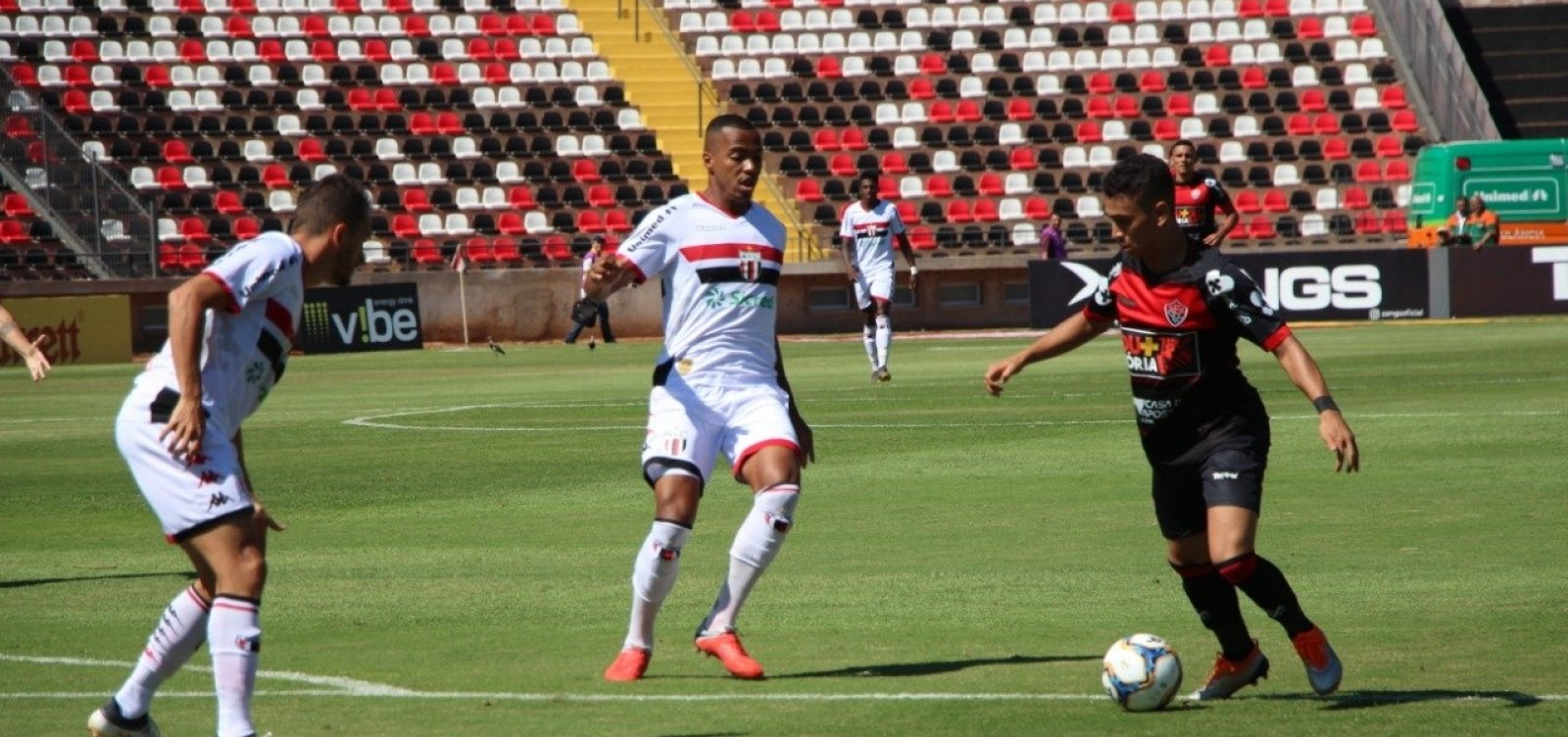 Com gol contra, Vitória perde para o Botafogo-SP de virada na Série B