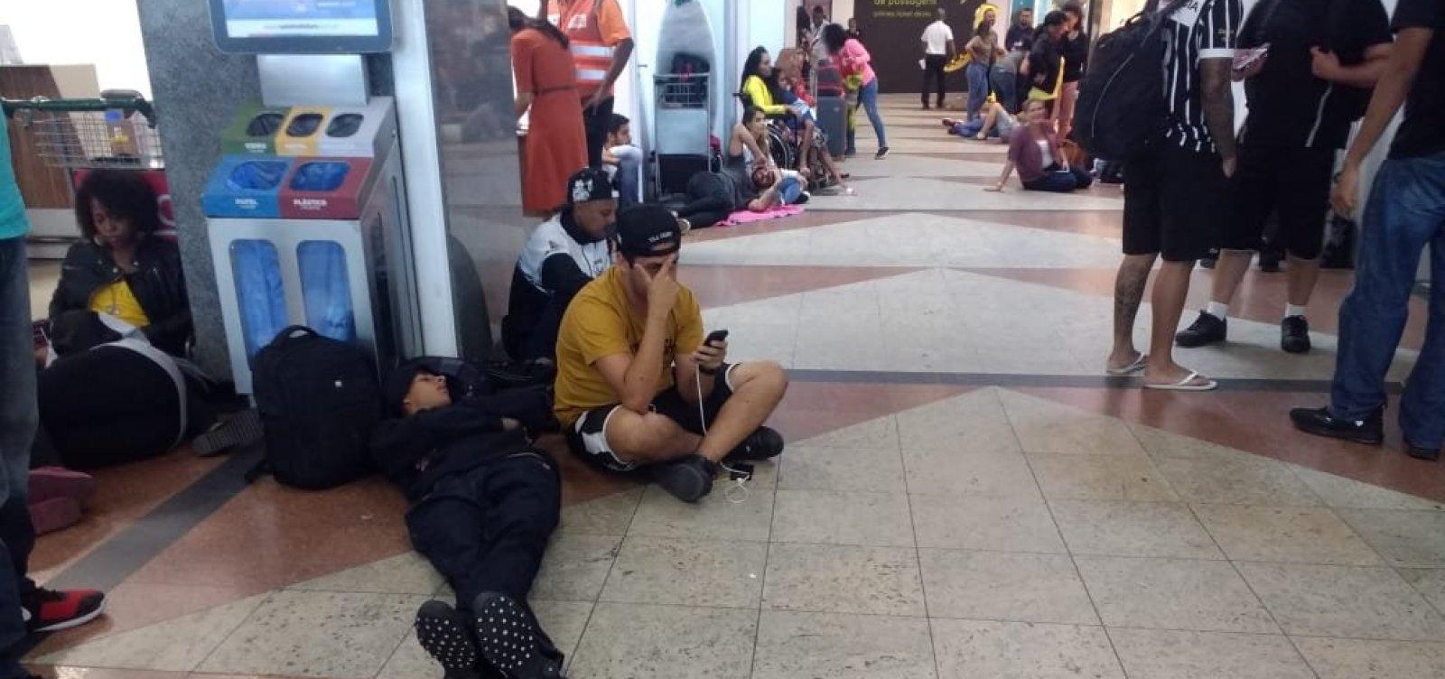 Clientes aguardam há quase 5 horas após cancelamento de voo da Avianca em Salvador