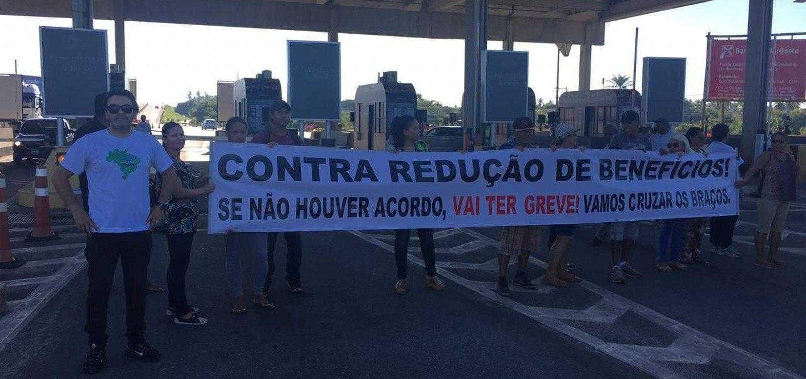 Grupo de trabalhadores faz protesto na praça de pedágio da Estrada do Coco