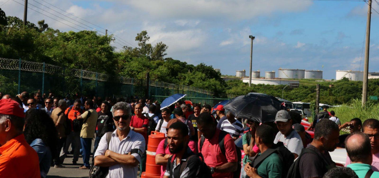 Trabalhadores protestam contra venda da Refinaria Landulpho Alves