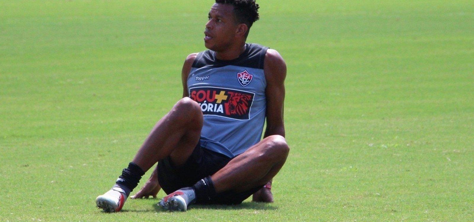 Vitória afasta zagueiro autor de gol contra na série B