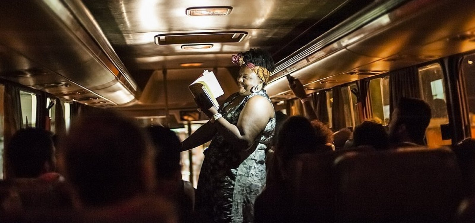 Espetáculo Entrepartidas acontece em ônibus por Salvador