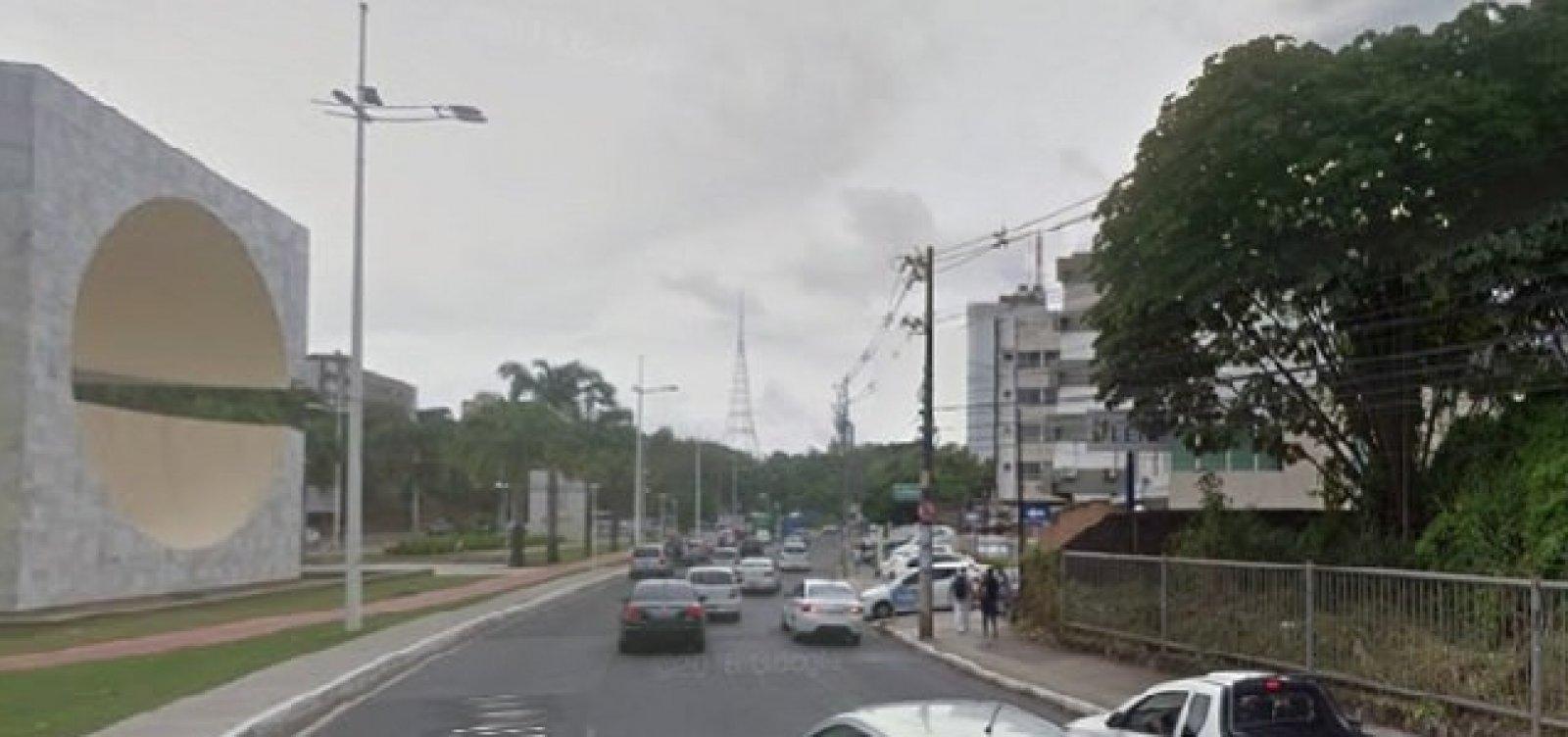 Vazamento de água em pista deixa trânsito lento na Avenida Garibaldi