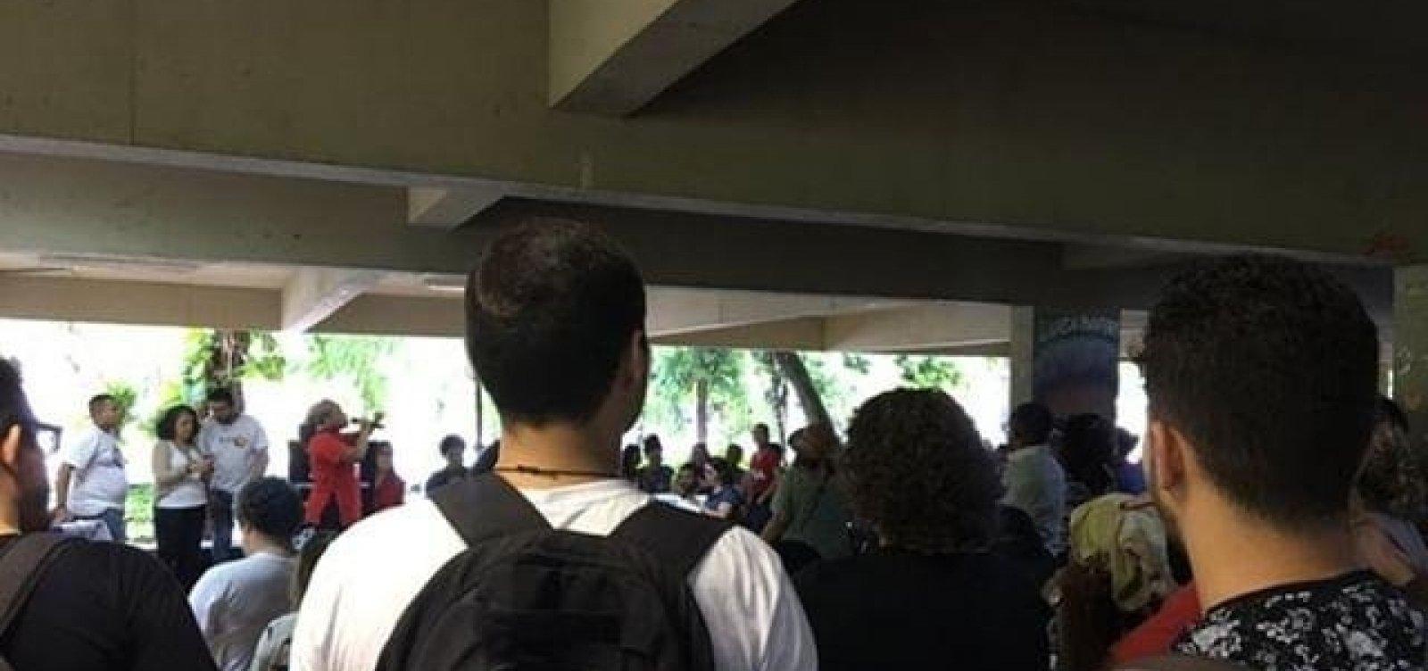 Após corte de verbas, estudantes e professores fazem ato em defesa da Ufba