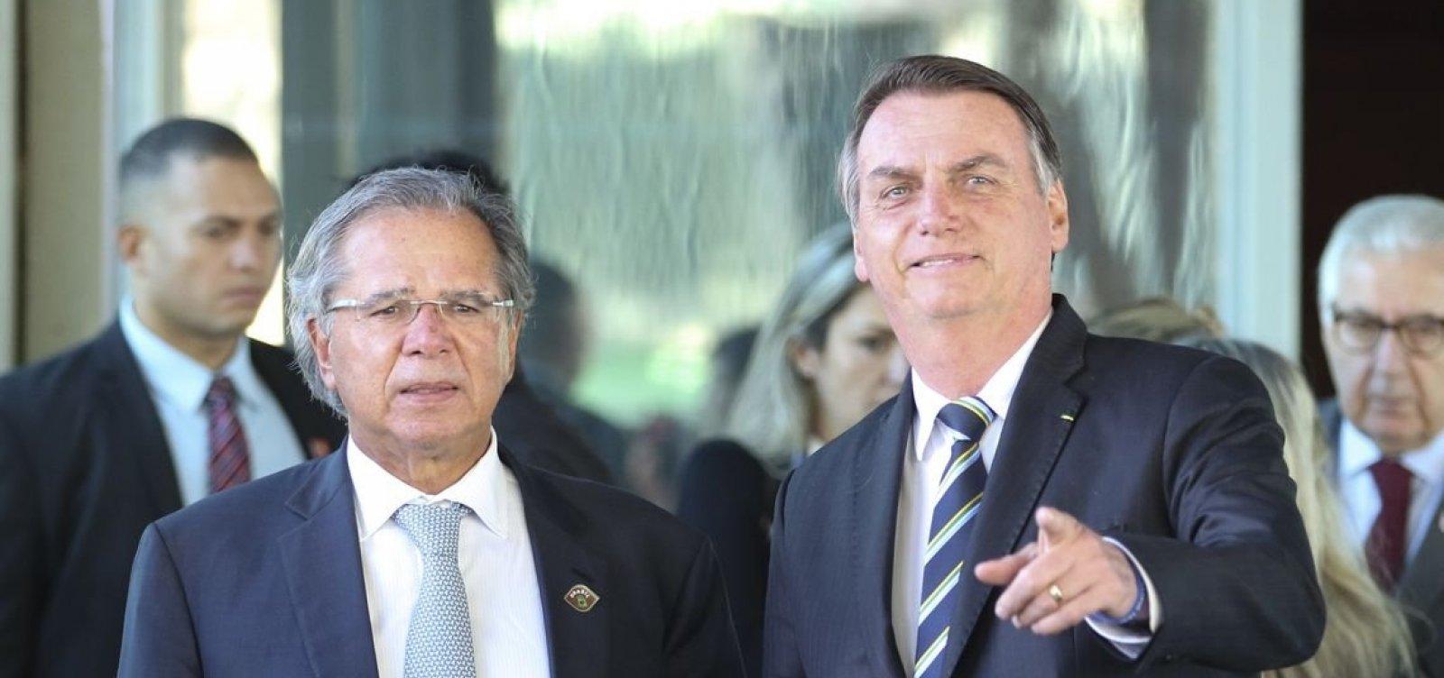 'É tudo um time só', diz Bolsonaro sobre atritos entre alas militar e olavista