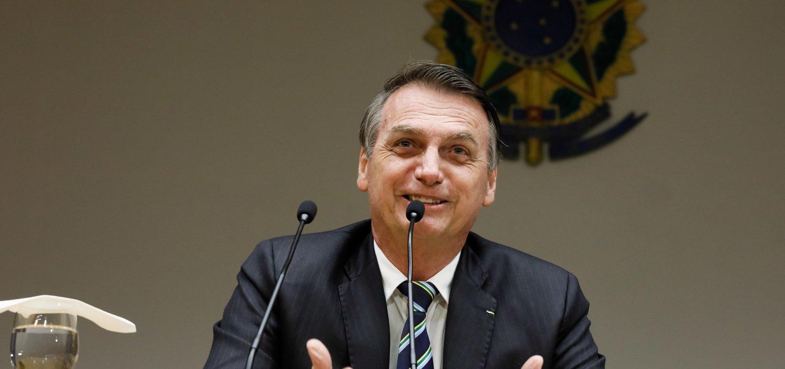 Bolsonaro pede paz entre militares e Olavo, mas astrólogo continua com ofensas
