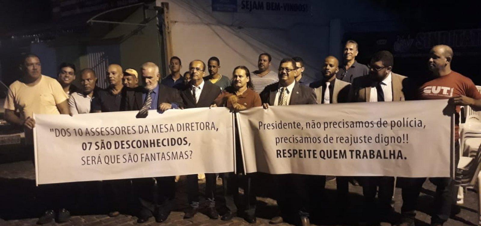 Itapetinga: após briga com presidente, vereadores fazem sessão na rua