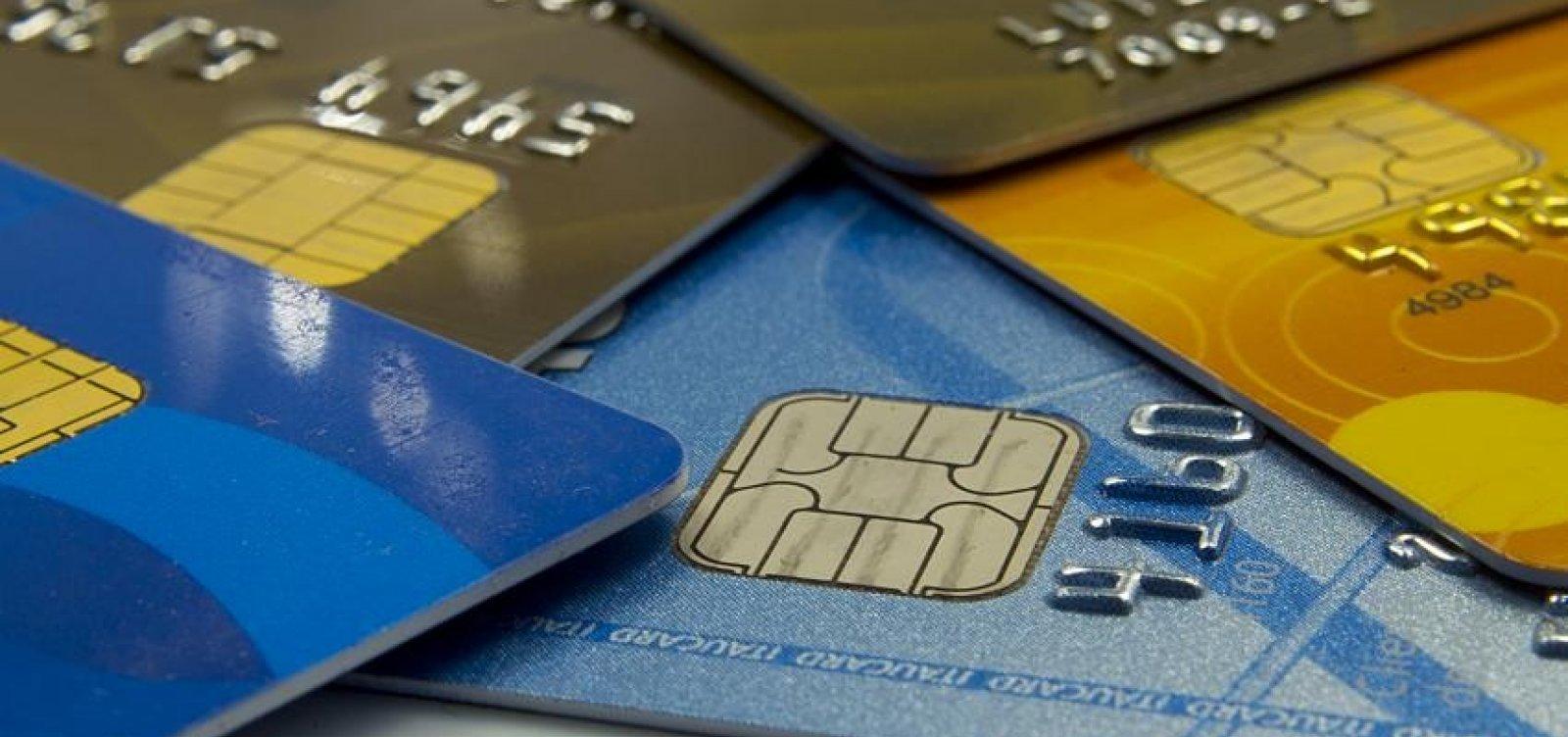 Brasileiros usam 20% da renda mensal para pagar dívidas, aponta estudo