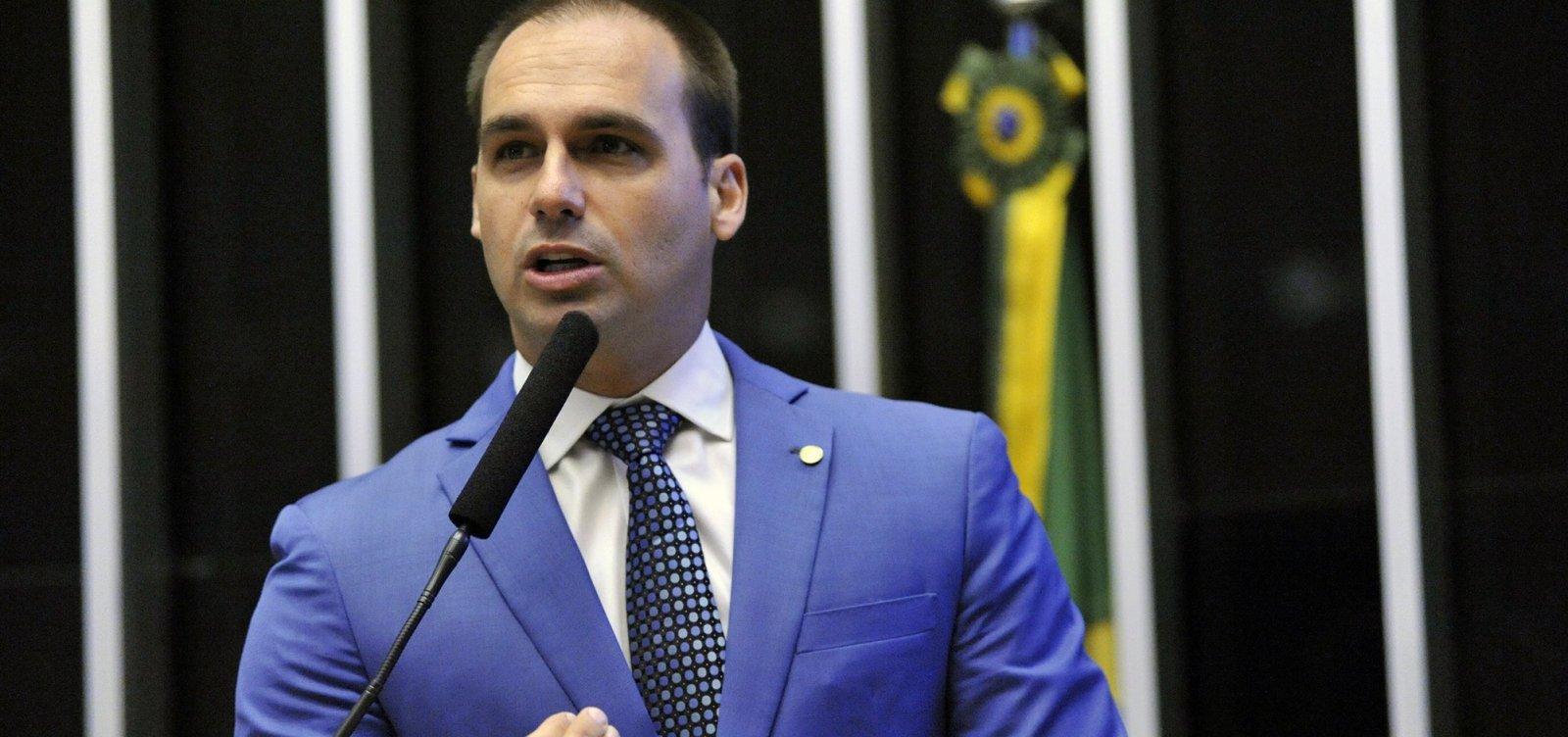 Dirigir carro é mais difícil que usar arma, diz Eduardo Bolsonaro
