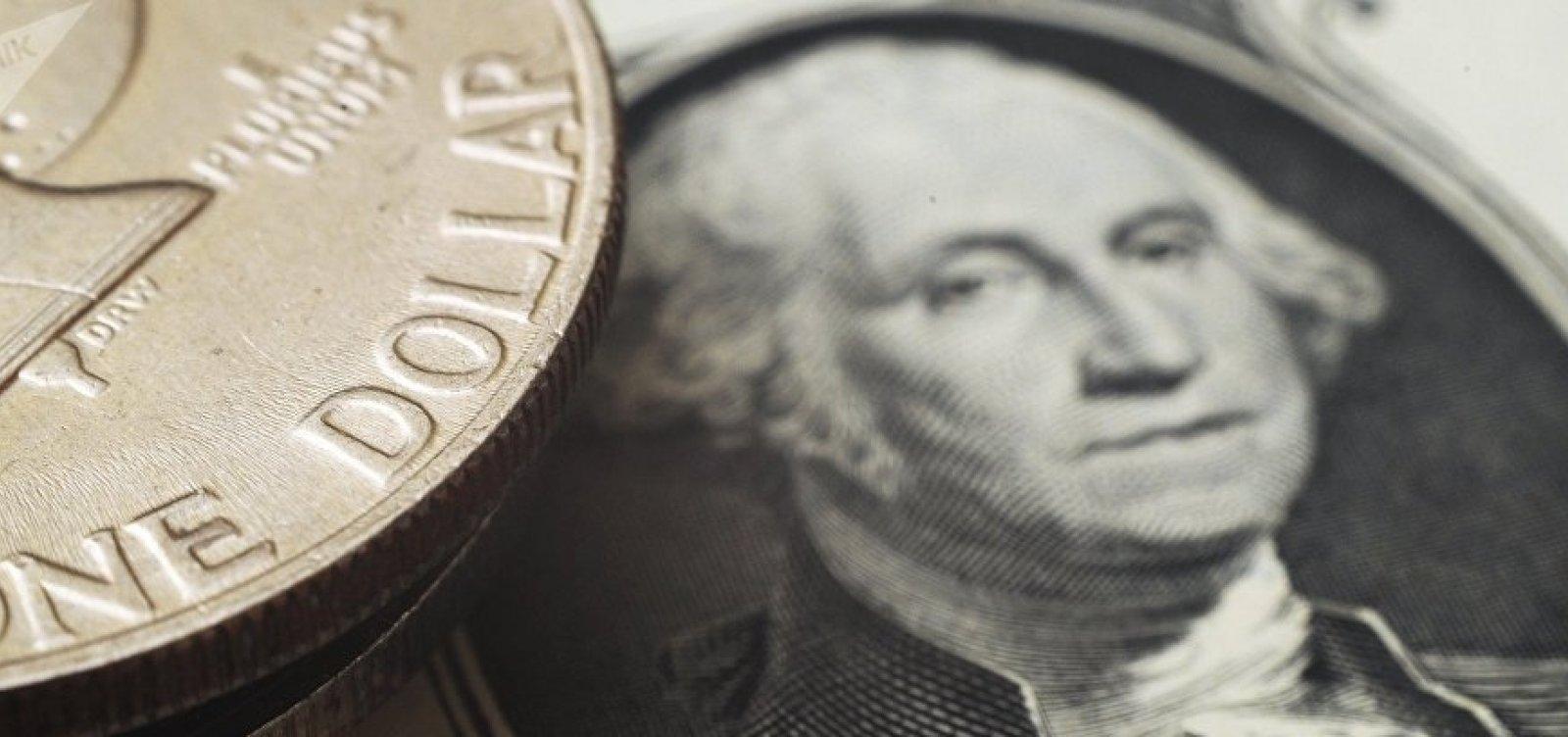 Com impasse entre EUA e China, dólar sobe mais de 1% e bate R$ 4