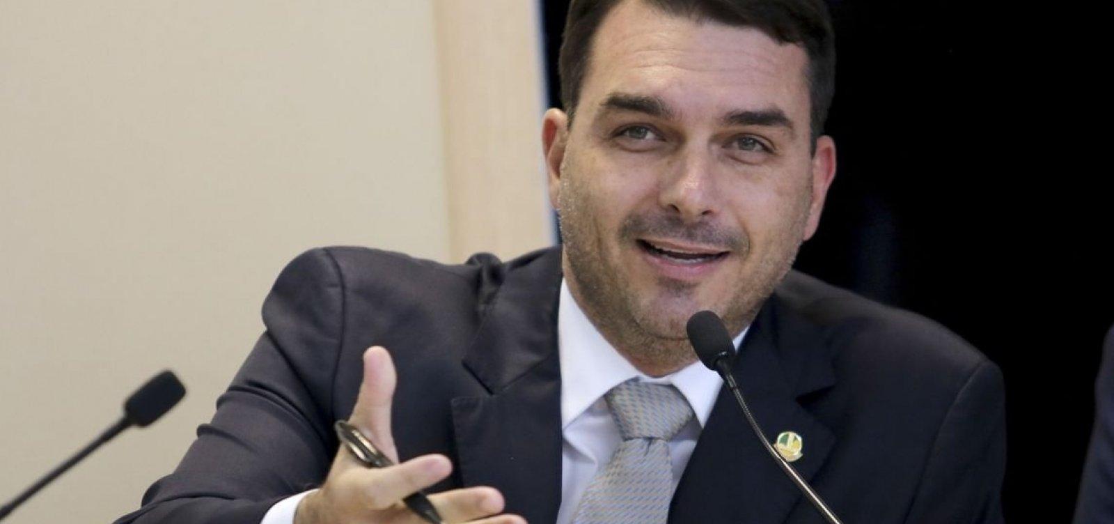 Flávio Bolsonaro dá versões falsas sobre extrato bancário