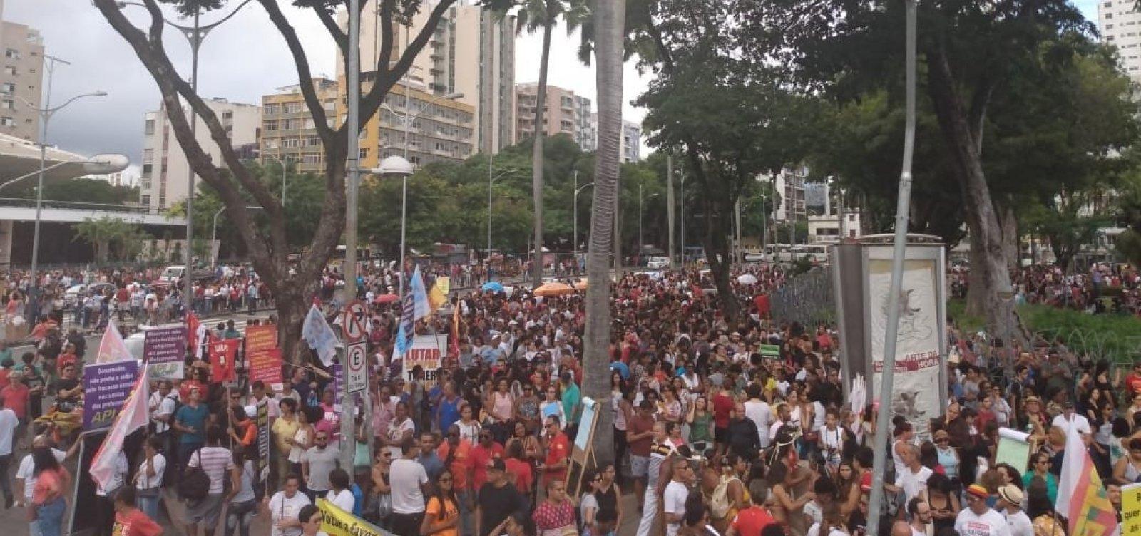 Protesto em Salvador tem boneco de Bolsonaro e adesão popular