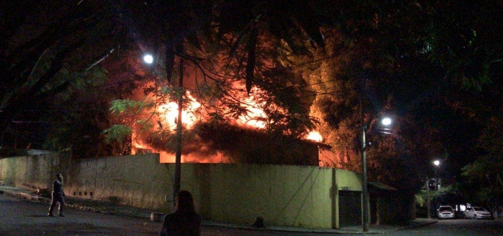 Incêndio atinge área no Horto Florestal; veja vídeo