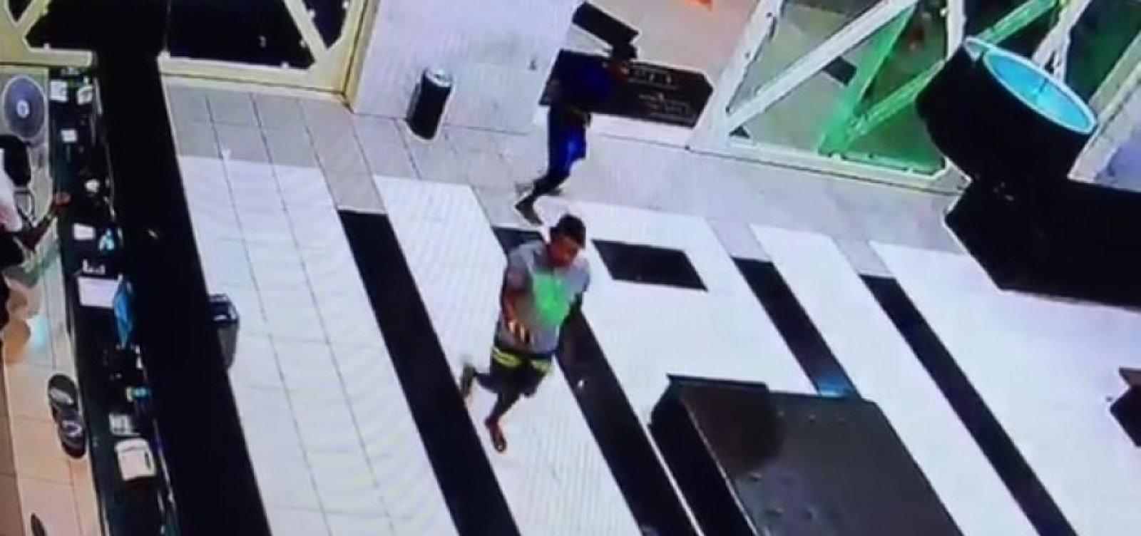 Jovem é preso e menor apreendido por atirar turista durante assalto em flat