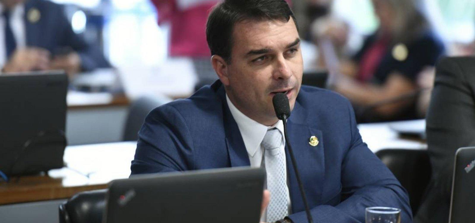 Assessor de Flávio Bolsonaro depositou R$ 90 mil na conta da mãe, que não lembra da transação