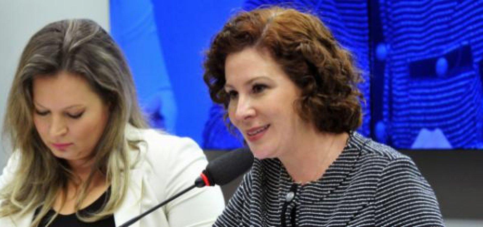 Líder do governo no Congresso Nacional troca farpas com deputada no Twitter